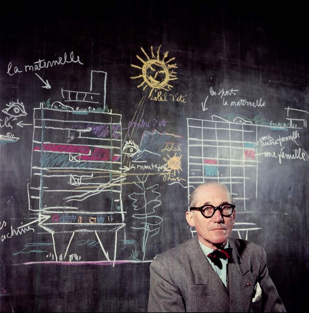 Le Corbusier en 1953 devant un schéma représentant l'Unité d'Habitation © Willy Rizzo
