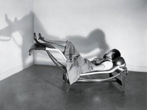 Charlotte Perriand sur sa fameuse chaise longue, en 1928