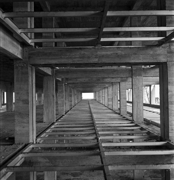Structure intérieure de la Cité Radieuse en 1949: entre deux planchers en béton, portés par des poteaux également en béton, se trouvent des ossatures de planchers métalliques. © Ministère du Logement