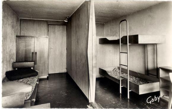 Les chambres d'enfants, avec leur mobilier d'époque, signé Perriand et Prouvé. Ici la cloison séparative est ouverte.