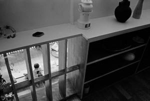 Garde-corps de la mezzanine, aménagé en bibliothèque, avec la partie ajourée à côté de la table à langer, donnant sur le salon © René Burri, 1959 - Magnum