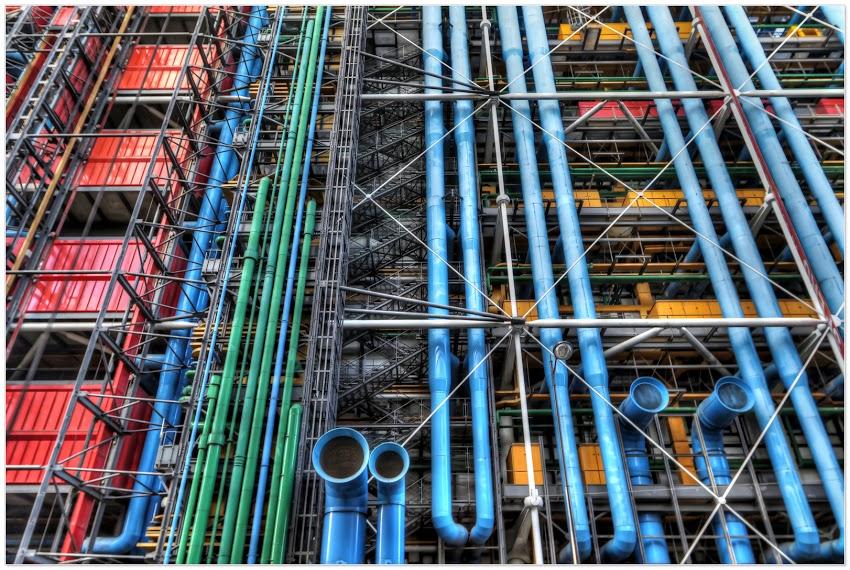 Dans leur Centre Pompidou, Piano et Rogers ont délibérément choisi de ne pas intégrer la technique, en la rejetant totalement à l'extérieur. Un parti architectural qui maintient l'ingénieur (Rogers) et l'architecte (Piano) dans leur indépendance et leur permet de s'adonner librement à leurs obsessions, sans que l'un subisse les contraintes de l'autre.